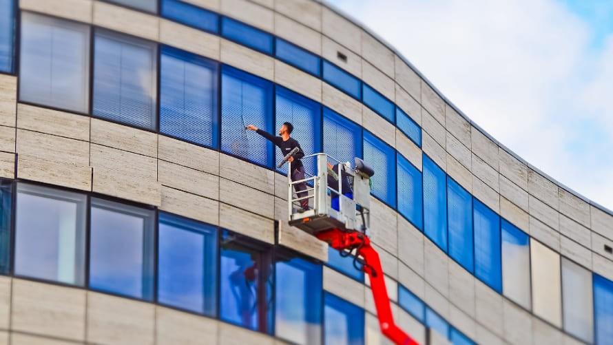 Mycie okien z podnośnika