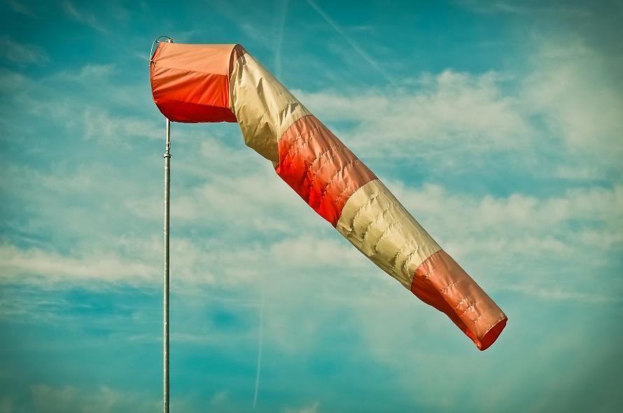 Bezpieczna praca w podnośniku i silny wiatr. Jak zmierzyć podmuchy?