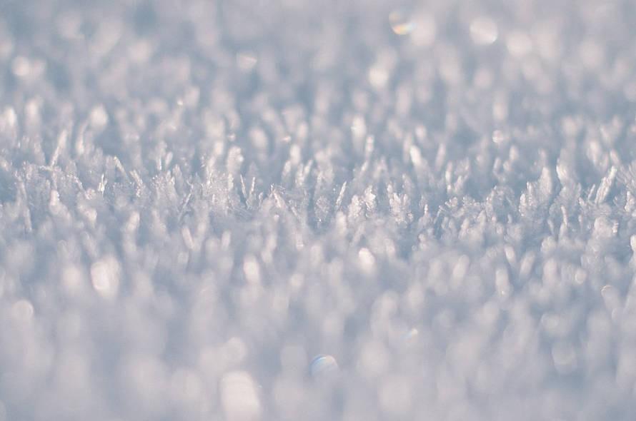 Czy zimą można wynająć podnośnik do montażu reklamy?