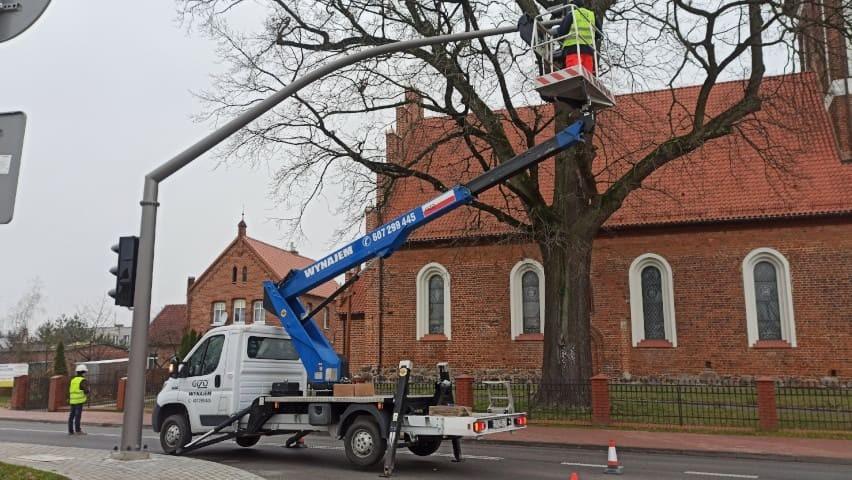 Przycinanie drzew z wykorzystaniem podnośnika koszowego